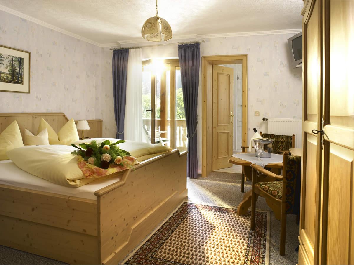 Unsere im gemütlichen Landhausstil eingerichteten Gästezimmer bieten die besten Vorraussetzungen für einen erhohlsamen Urlaub.